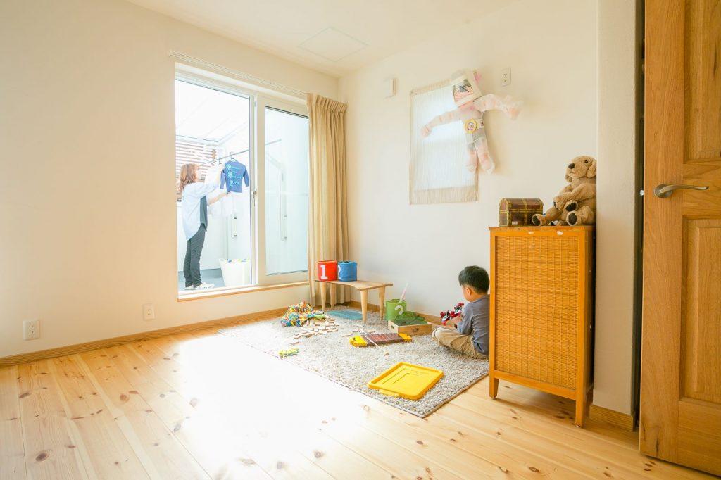 南面のベランダからたっぷり陽が注ぐ子ども部屋