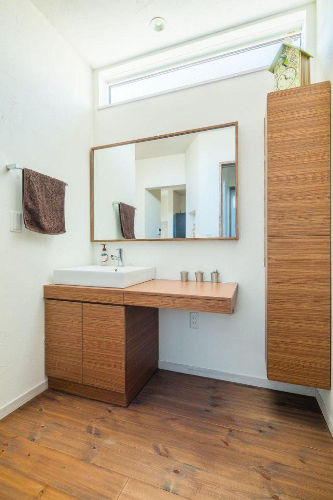 シンプルでスタイリッ シュな洗面スペース。 家族が同時に使えるように、大きな鏡と広い カウンターを設置
