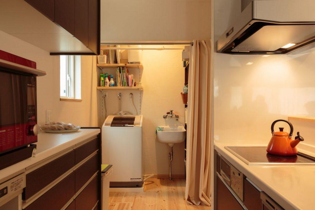 キッチン横に洗濯機置場を配置して快適動線