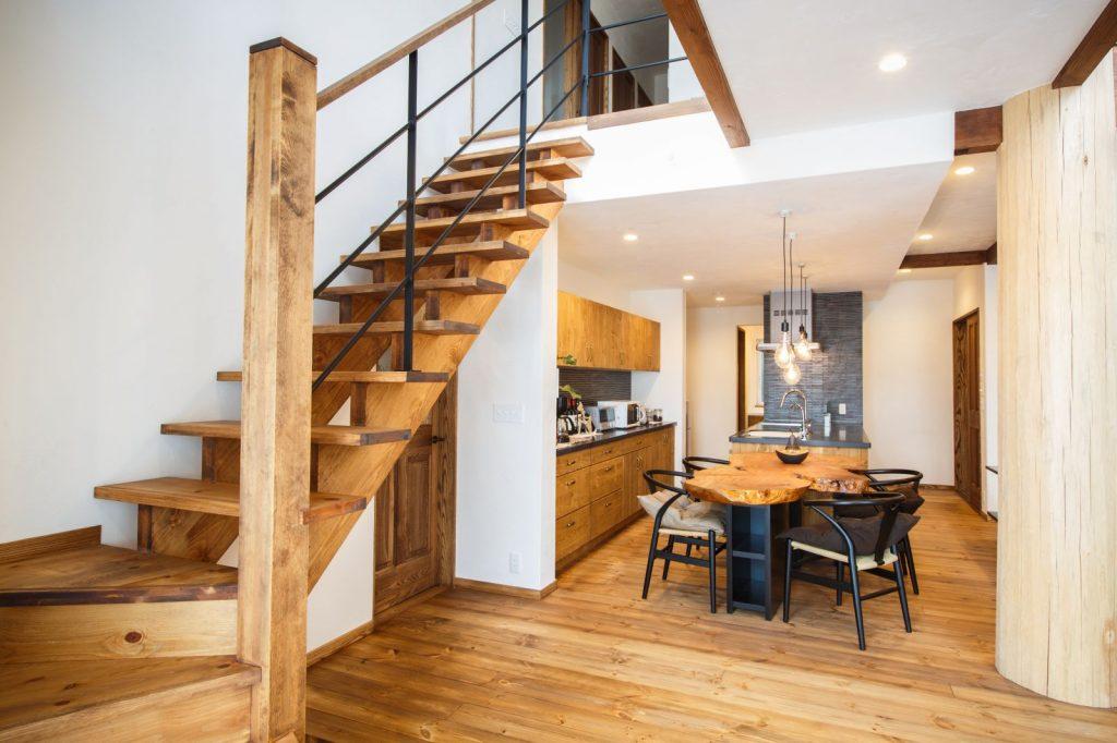 アイアンが似合うシンプルな階段