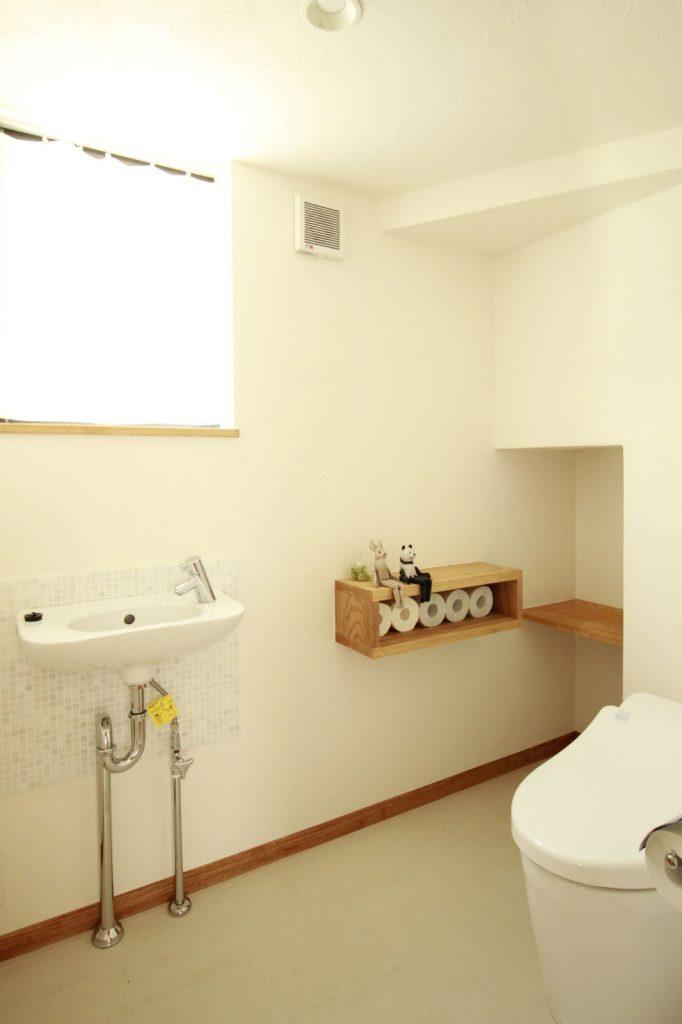 階段下のスペースにトイレを配置