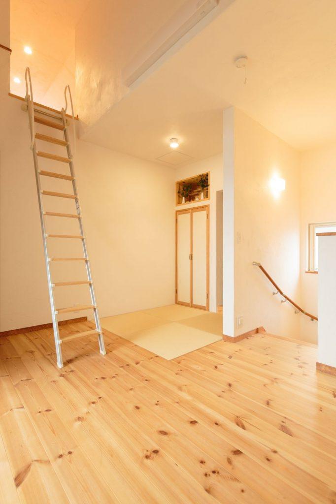 2階ホールの一角に設けた和室、その上にはロフト