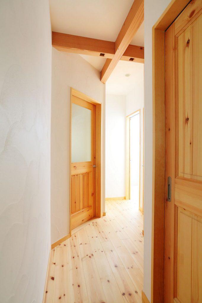 廊下の幅を広くとるため居室の入り口は斜めに