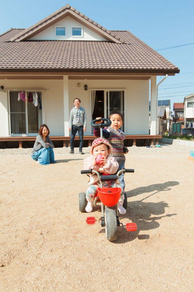 広々とした南側のお庭ではお子様たちが元気に遊んでいる