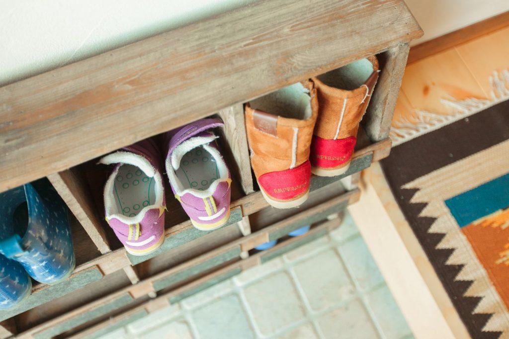お子様の靴は雑貨市で一目惚れしたというアンティーク調の棚へディスプレイ
