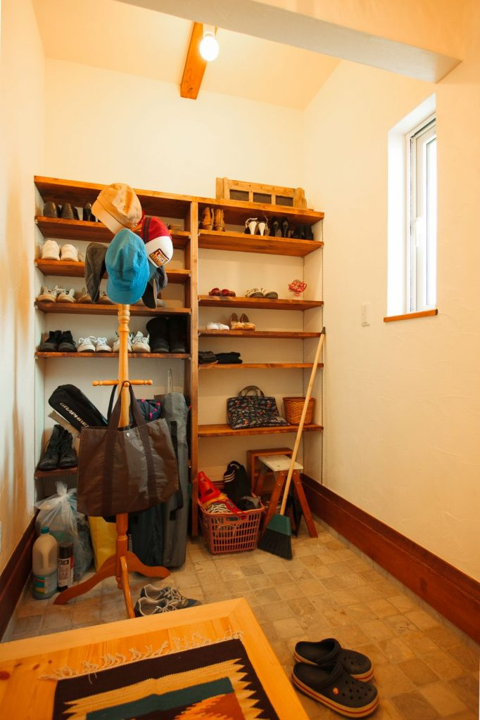 シューズクロークは、バックや帽子なども収納できるような広々空間