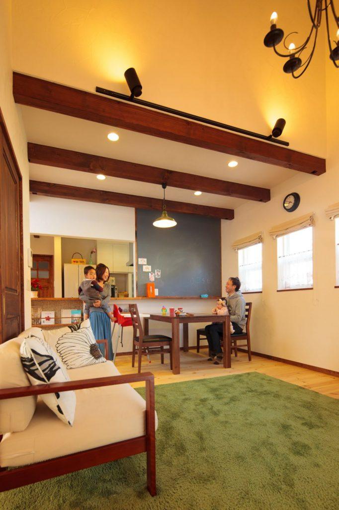 リビングは勾配天井にすることでより開放感のある空間に