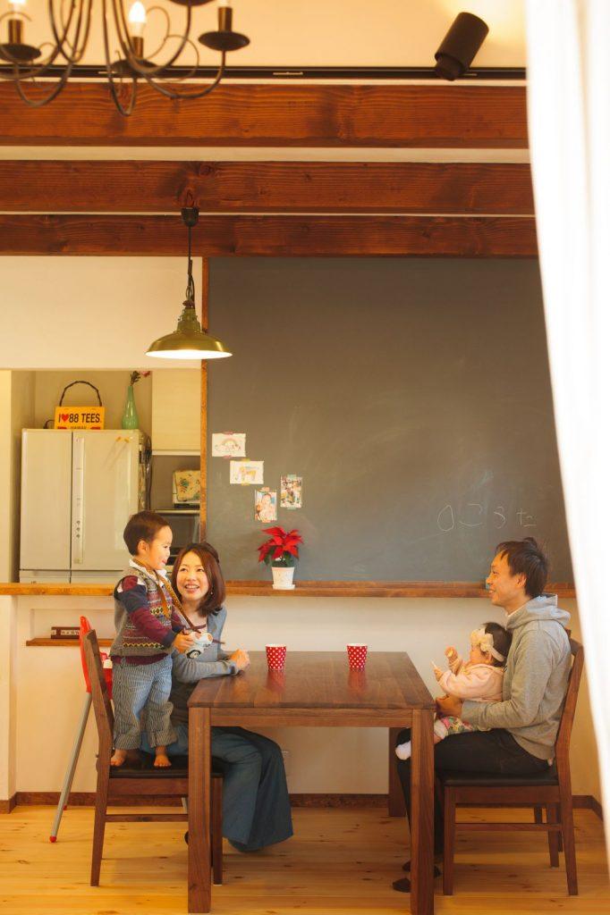 LDKには大きな黒板を取り入れ、まるでカフェのような雰囲気に
