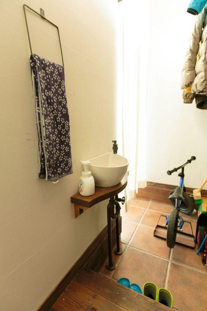 シューズクロークには小さな手洗い器を。帰ってきたらすぐに手を洗う習慣がついて◎