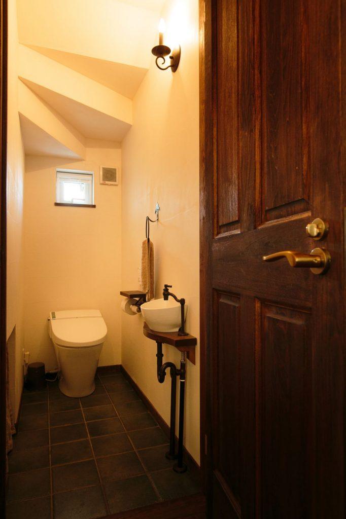 トイレもタイルなど細部にまでこだわりレトロな雰囲気に仕上げた