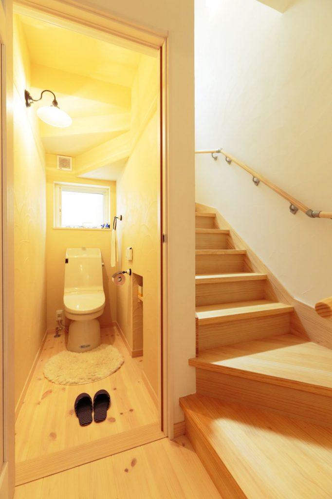 階段下のデッドスペースを有効活用して造った収納付のトイレ