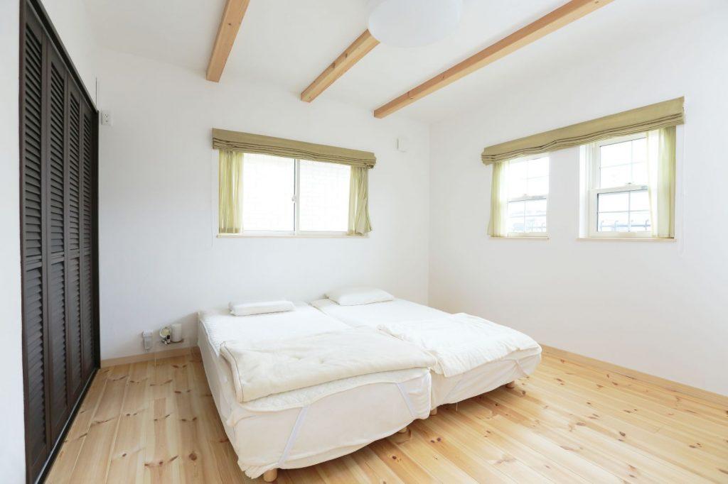 主寝室は、シックな色の収納扉で落ち着いた雰囲気に