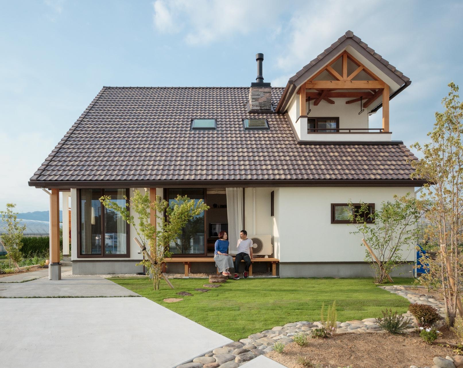薪ストーブのある山小屋風住居で名峰・本宮山を望む
