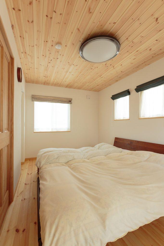 寝室は天然木の香りで癒し効果も抜群。寝つきが良くなり朝までぐっすり眠れるようになったそう