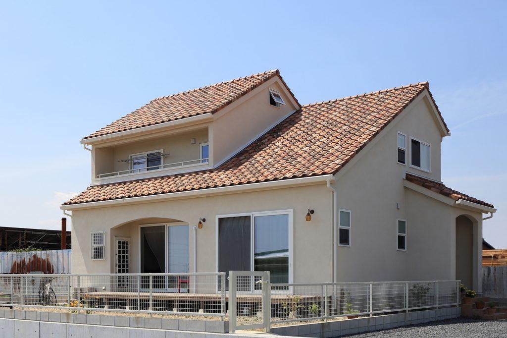 伸びやかな大きな屋根が印象的な外観。屋根には3色の陶器瓦を使用し、独特のムラ感を表現