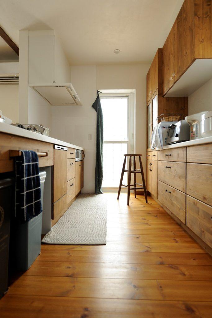 キッチンの扉と床のカラーを合わせて統一感のある空間に