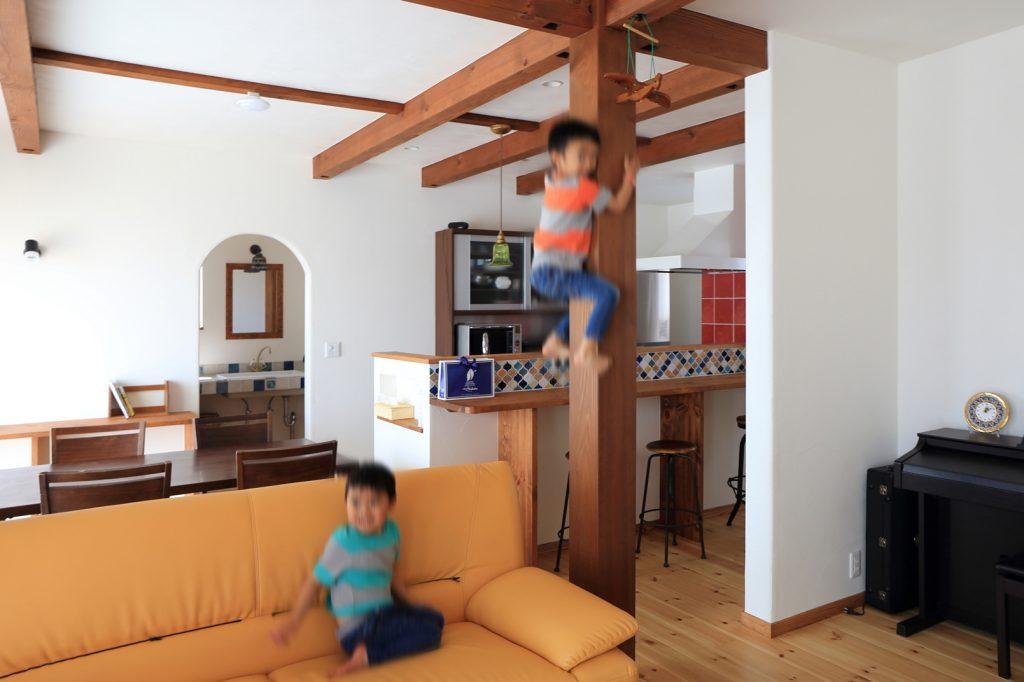 レッドシダーの大黒柱はお子様たちの絶好の遊び道具に…!