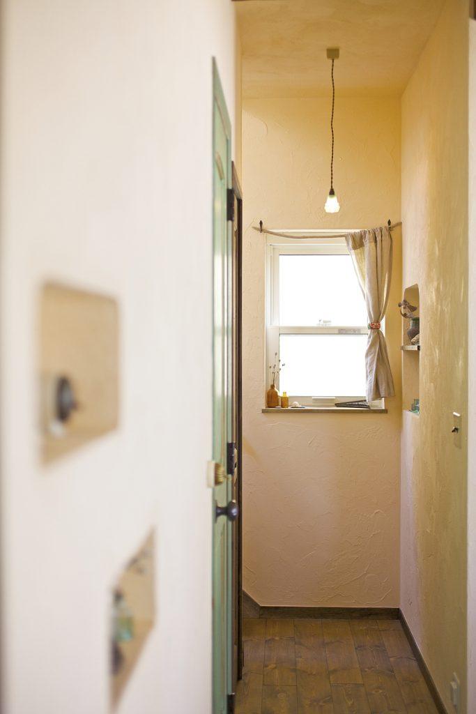 漆喰の塗り壁で雰囲気のある廊下