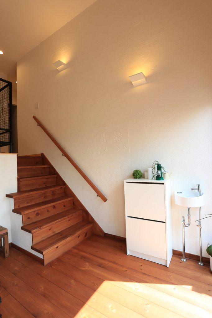 1階・2階・テラスを繋ぐ中二階スペース