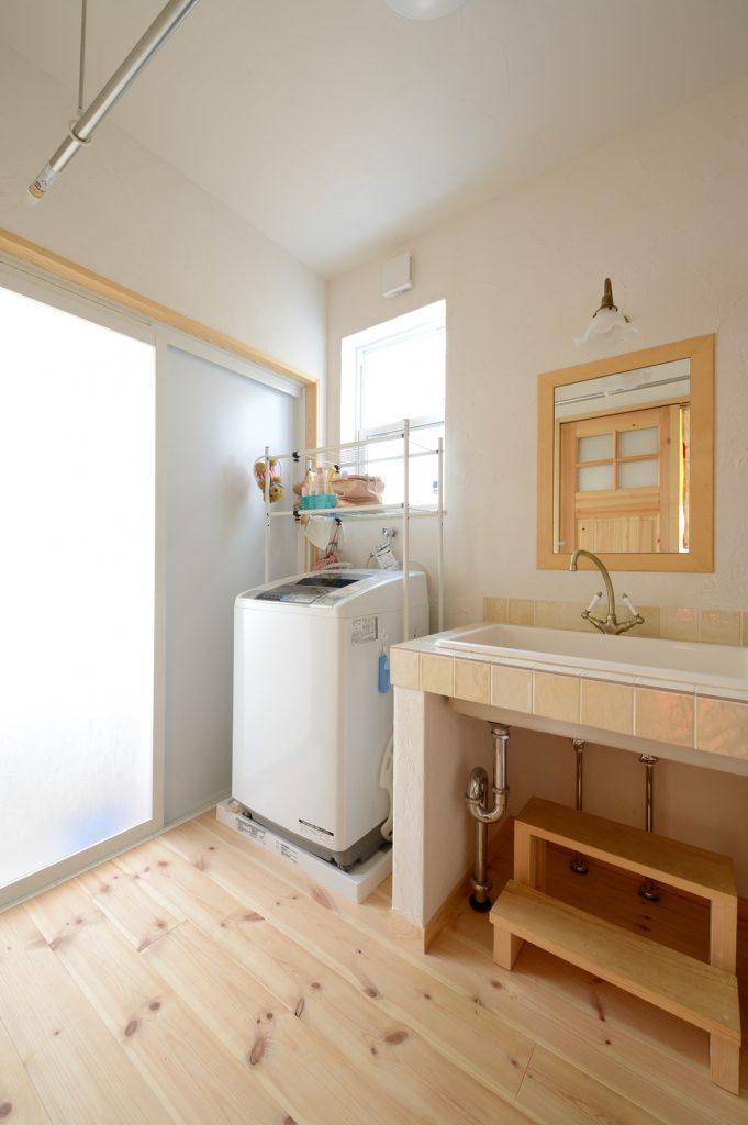 浴室からも陽が入り、明るい洗面脱衣所