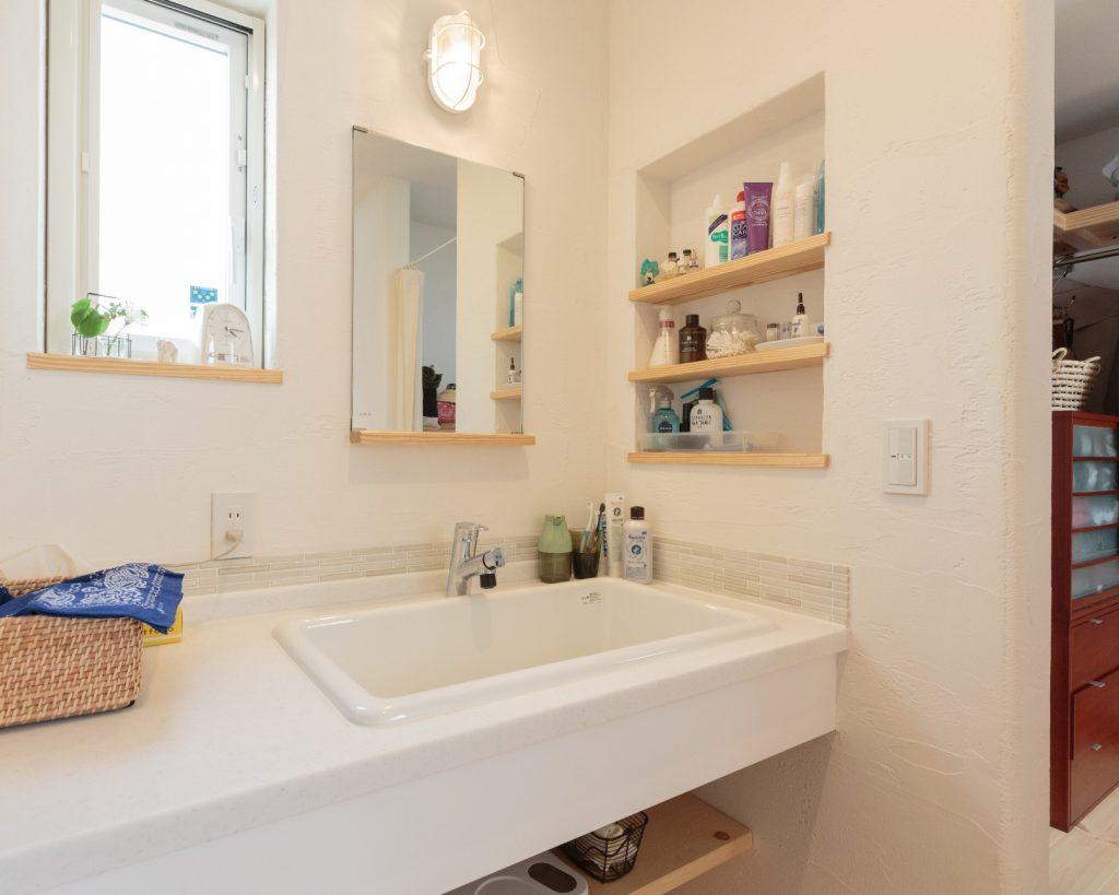 深いシンクはおしゃれ着洗いにも便利。すぐ隣にクローゼットを設けたことで、身支度の時間も短縮♪