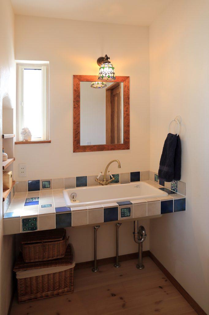 絵柄タイルをランダムに配置したオリジナル洗面台