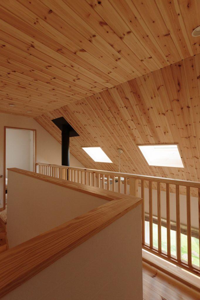 寝室へと繋がる2階のホール。天井にはパイン材を贅沢に使用し、毎日が森林浴のようなやさしい香りに包まれる