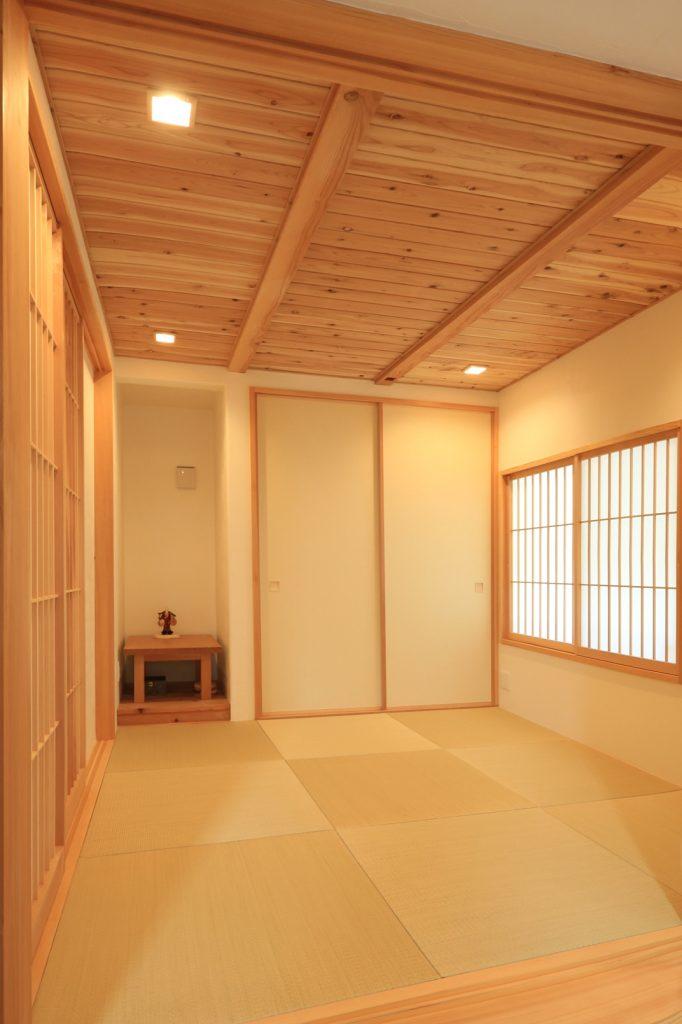 和室の天井は杉の羽目板仕様とし、ほっと落ち着く空間に