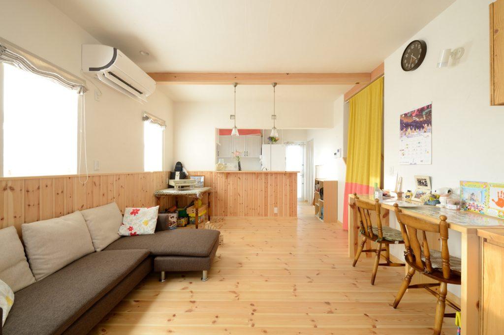 床と腰板にパインを使用し、木の温かみを感じるLDK