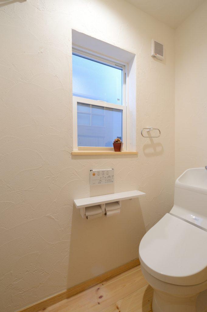 スペイン漆喰の塗り壁が◎明るいトイレ
