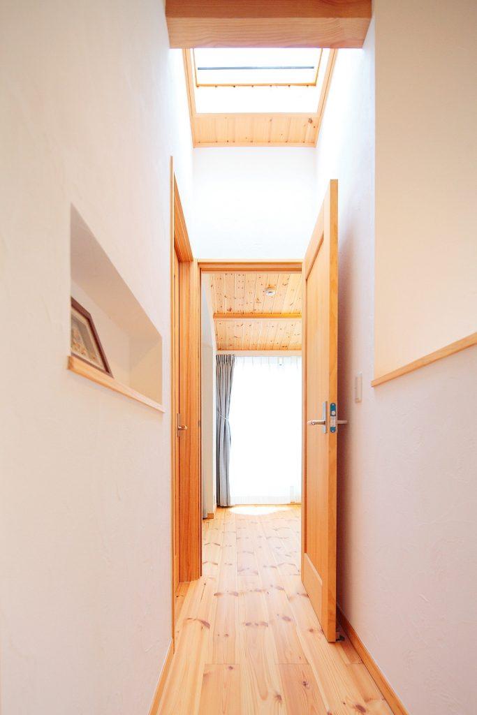 トップライトと勾配天井により、より広く・明るい空間に