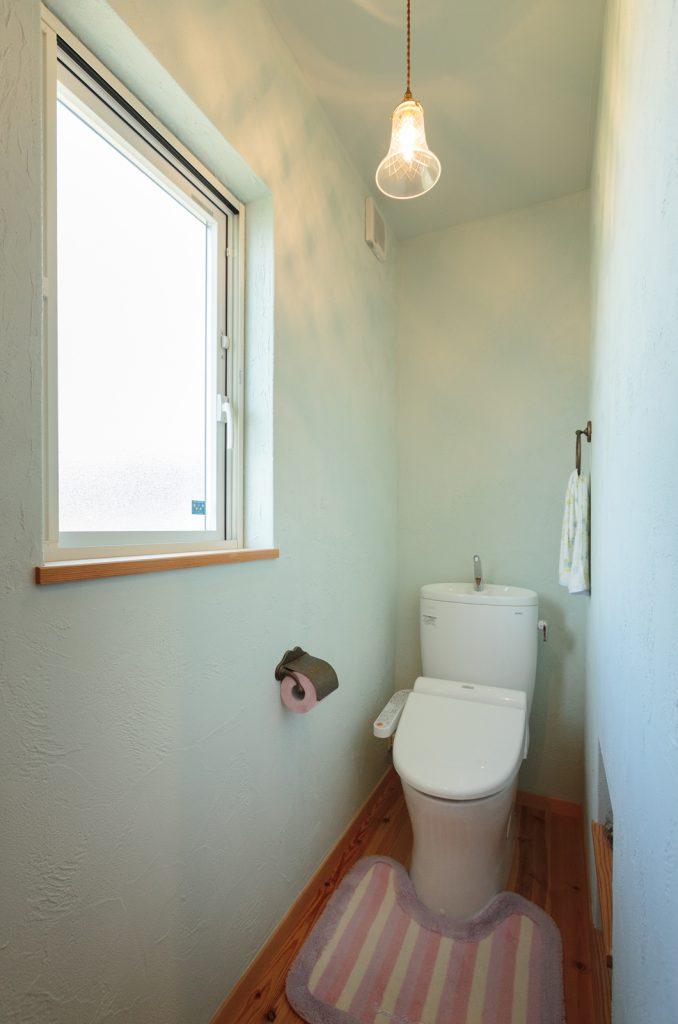 淡いグリーンの壁が可愛いトイレ