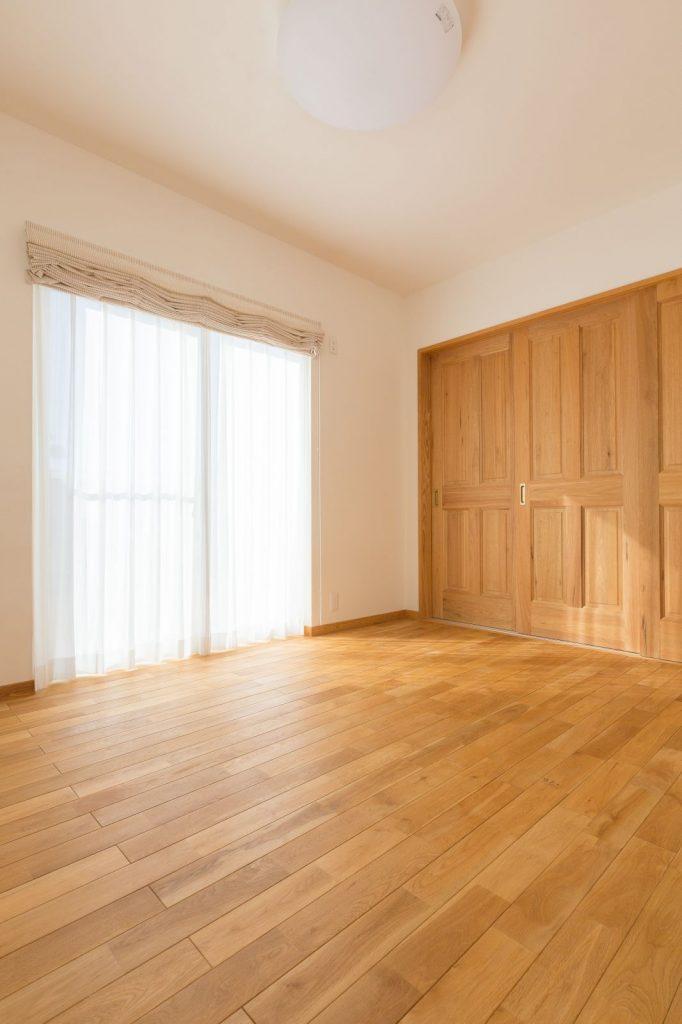 床材には、節がなくスッキリとした印象の「ナラ」をセレクト