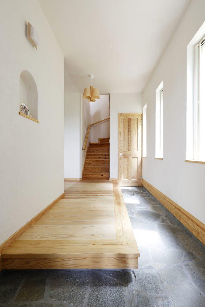 家族全員が横並びで靴が履けるように…という奥様の要望を受け、玄関の上がり框はゆとりの広さに