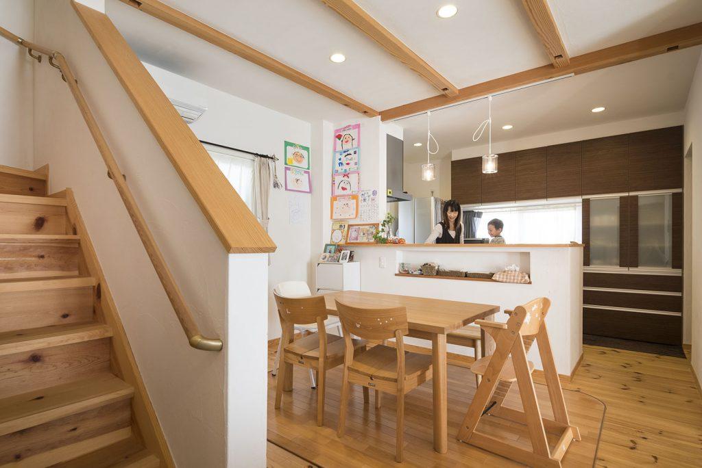 朝2階から下りてくると朝食の準備をしているママの姿が目に入り、自然と「おはよう!」が身に付くリビング階段