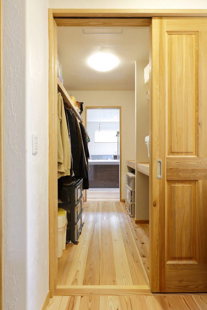 2階のファミリークローゼットは、ホール側とキッチン側の両方向から通り抜けが可能