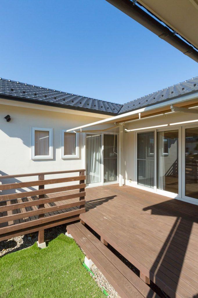 ウッドデッキの中庭を通じて家中が繋がる平屋建ての住まい