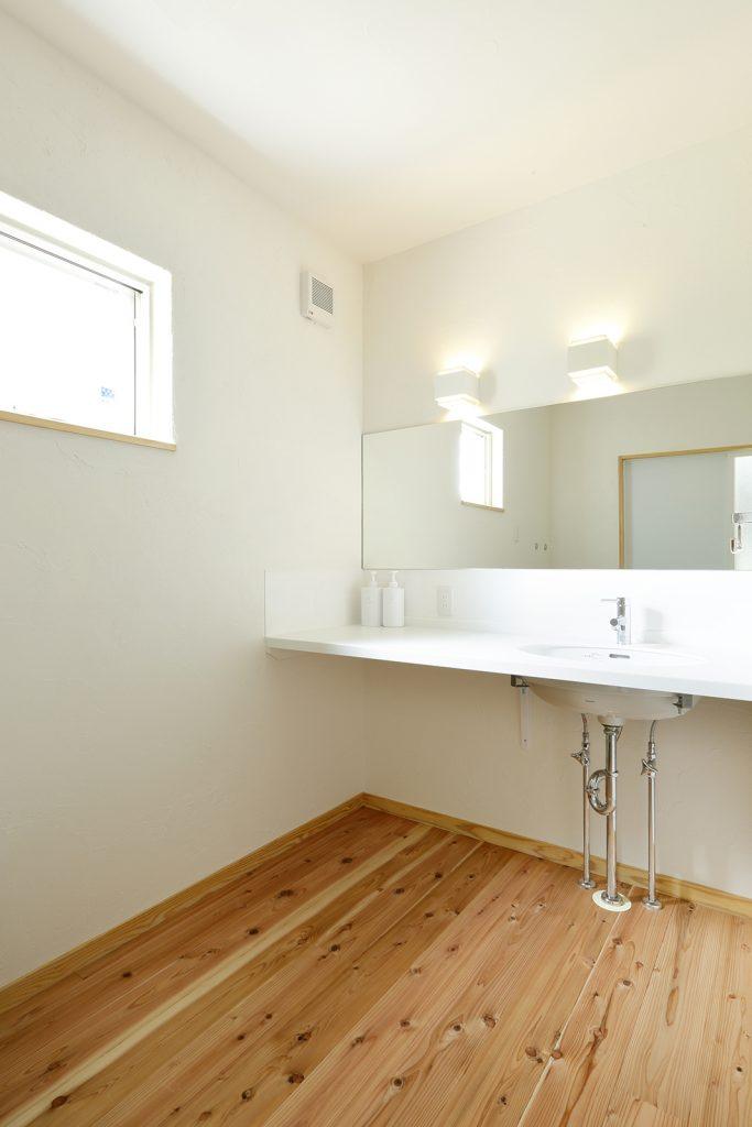 洗面脱衣所は広めに設計。家族が並んで身支度できるよう鏡もワイドに
