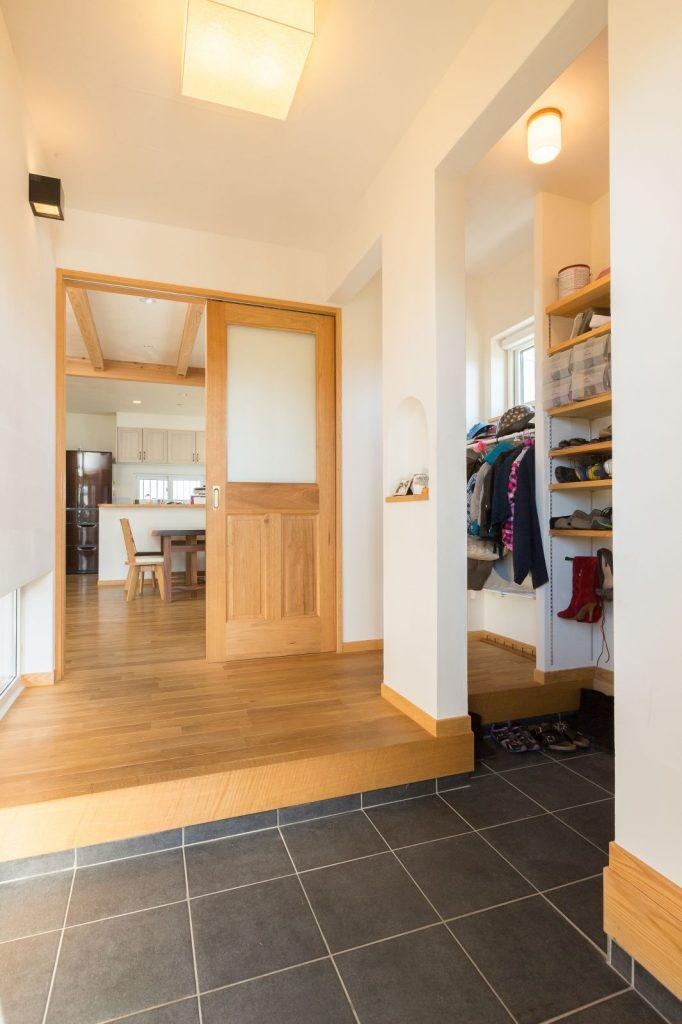 5人家族の靴や上着もしっかり仕舞える 大容量シューズクロークがある玄関