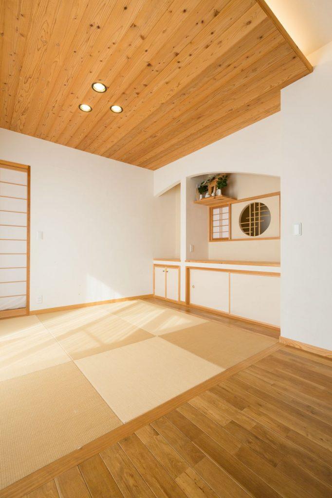 リビング隣の和室は、あえて間仕切り戸を付けずオープンに…!