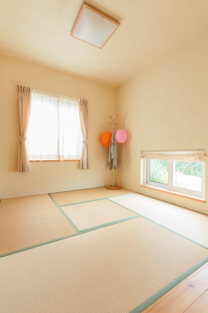 家族団らんの時にも来客時にも使えるよう、和室はリビングからも玄関からも行き来できる場所に…!
