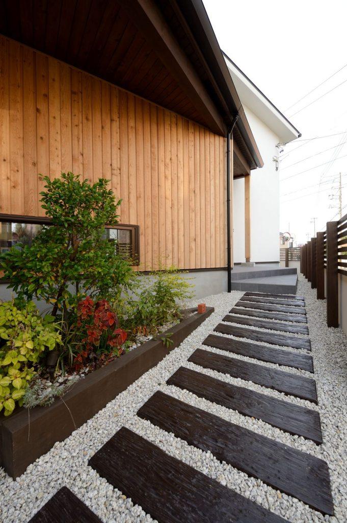 植えられている草木から、歩いているだけで季節感が感じられる玄関アプローチ