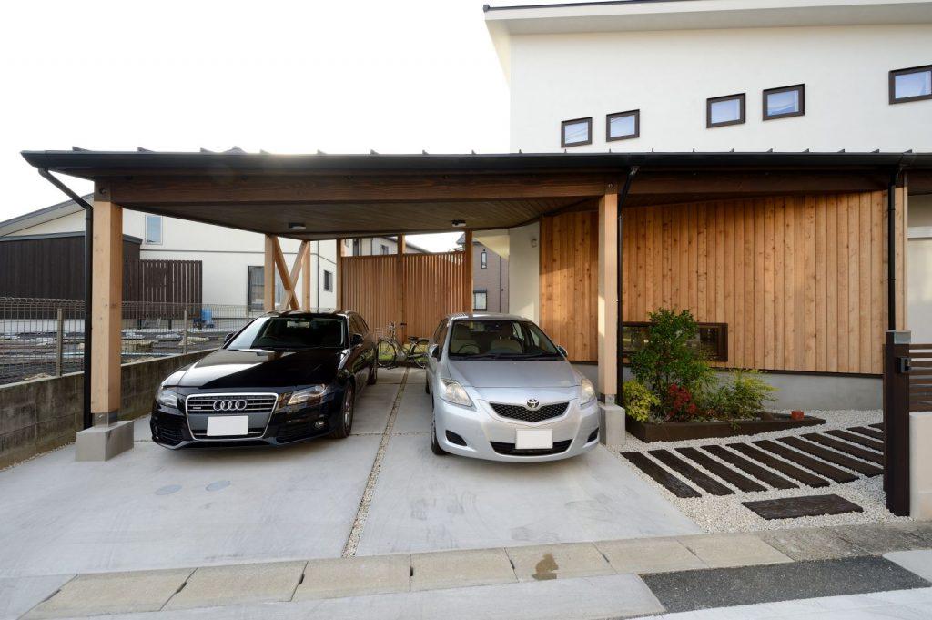 台形の敷地を活かしたカーポートスペース。建物と一体化していて、意匠も◎!