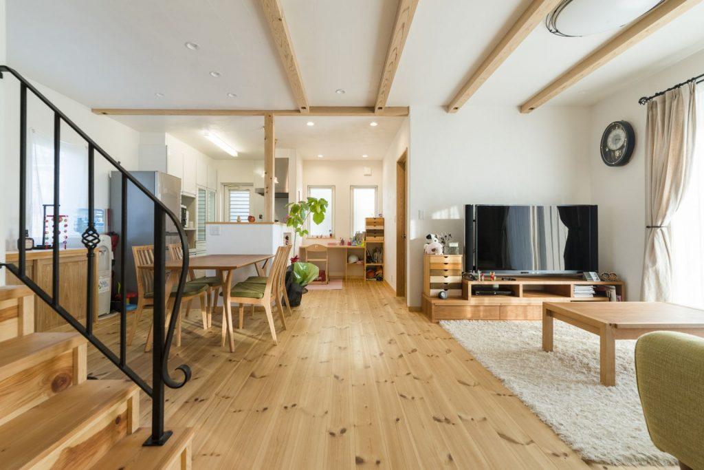 階段手摺はアイアン製。デザインのポイントになるだけでなく、視線が抜け開放的に…!
