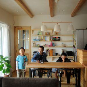 回遊動線と薪ストーブがある 家族団らんの家