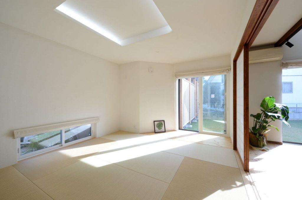 ゆったりとした8畳の和室。東面の地窓からは花壇が、南面の窓からは庭が見えるように設計