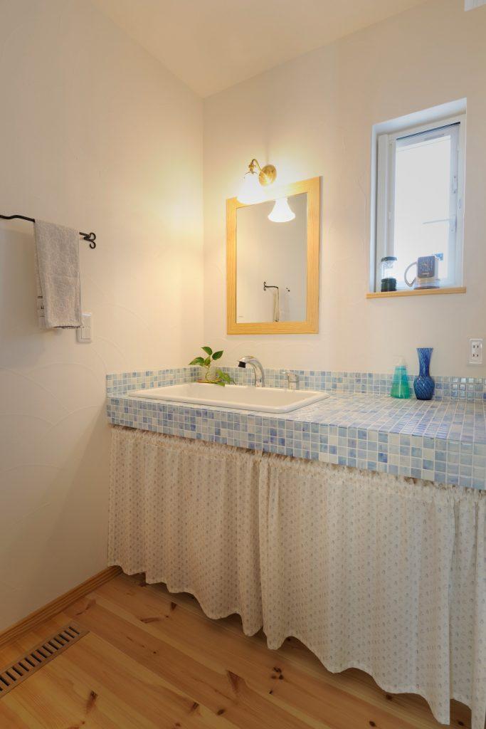 ブルーのモザイクタイルがお洒落なオリジナル洗面化粧台