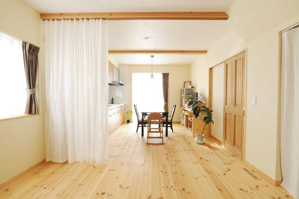 親世帯のキッチンと寝室は、カーテンの間仕切りで別空間に!