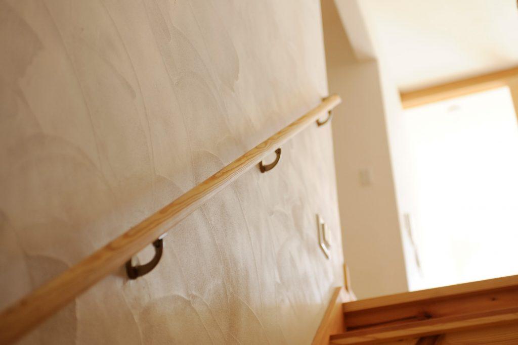 漆喰の壁が印象的!中二階のキッチンへと続く、お客様用階段