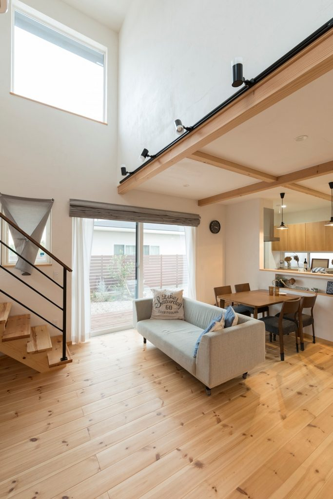 シンプルな家具や小物がバランスよく配置された 落ち着きのあるLDK